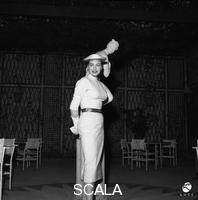 ******** Anita Ekberg posa accanto a una statua di una Venere pudica collocata al centro di un locale all'aperto. Totale. Roma. Conferenza stampa per la coppia Anita Ekberg ed Antony Steel. Roma. 11.05.1956