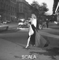 ******** Anita Ekberg in Via Veneto - totale. Scene dal set del film La Dolce vita. Roma, 27.03.1959