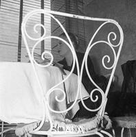 ******** Anita Ekberg in una pausa della lavorazione del film 'La dolce vita' - piano americano. Aeroporto di Ciampino 04.04.1959