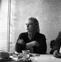 ******** Anita Ekberg in una pausa della lavorazione del film 'La dolce vita' - piano medio. Aeroporto di Ciampino, 04.04.1959