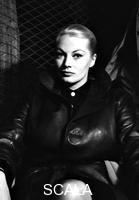 ******** Anita Ekberg sul set del film  Apocalisse sul fiume Giallo - piano medio. Arrivo a Ciampino dei genitori di Anita Ekberg e set del film Apocalisse sul Fiume Giallo. Aeroporto di Ciampino. 03.09.1959