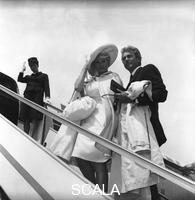 ******** Anita Ekberg con il marito, Rik Van Nutter, s'imbarcano su un aereo all'aeroporto di Fiumicino - totale. Anita Ekberg e il marito, Rik Van Nutter, all'aeroporto di Fiumicino. Aeroporto di Fiumicino. 10.05.1963