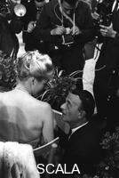 ******** Anita Ekberg seduta su una sedia discute con Schubert che le è vicino - piano medio. Premio Maschera d'Argento al palazzo dei Congressi dell'EUR. Palazzo dei Congressi di Roma. 19.09.1959