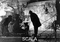 ******** La dolce vita di Federico  Fellini, ecco una suggestiva immagine con il regista e l'attrice  Anita Ekberg