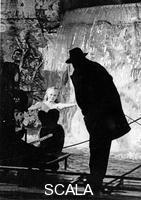 ******** Anita Ekberg dentro la Fontana di Trevi durante le riprese dellla 'Dolce vita'. In controluce Federico Fellini dirige la scena