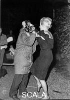 ******** Anita Ekberg scalza si azzuffa con un fotografo