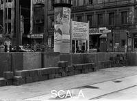 ******** Blick von der Ost-Berliner Seite auf die noch provisorische Absperrung in der Friedrichstraße unmittelbar nach der Grenzschließung. 08/1961