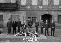 ******** Gedenkfeier am Mahnmal für Ida Siekmann in der Bernauer Straße. 13/08/1963