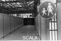 ******** Blick in den verwaisten Fußgängerübergang Friedrichstraße (östliche Seite). 06/1990