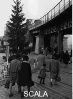 ******** Verwandtenbesuche Weinachten 1965: Westberliner auf dem Weg zum Grenzübergang Oberbaumbrücke. 12/1965