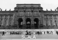 ******** Fassade des Reichstagsgebäudes an der Ebertstraße mit der davor verlaufenden Mauer. 01/1960