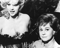 ******** Giulietta Degli Spiriti Aka Juliet Of The Spirits Sandra Milo, Giulietta Masina . 1965. Strictly editorial use only. Credit line mandatory. Book cover use must be cleared with Mary Evans.