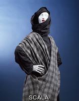 Kawakubo, Rei (1942-) Completo da donna con tunica, grande cappuccio e poncho. Tokyo, Giappone, 1983 per Comme des Garcons - particolare