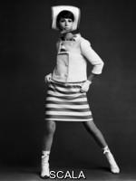 French, John (1907-1966) Simone d'Aillemont con abito e giacca di André Courréges. Inghilterra, 1965
