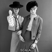 French, John (1907-1966) Completo pantalone in gabardina, con guanti, scarpe e occhiali da sole di André Courrèges (1923-2016), 1965. Foto John French for the Daily Mail