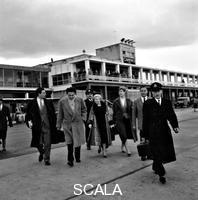 ******** Fellini, Giulietta Masina ed altre persone sulla pista dell'aeroporto. Aeroporto di Ciampino