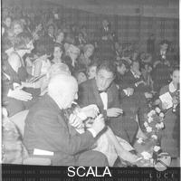 ******** Angelo Rizzoli, Giulietta Masina, Federico Fellini e Rossella Falk (nella fila dietro) seduti nella platea del cinema Fiamma per la prima del film 'Otto e 1/2' - piano americano. Prima del film 'Otto e 1/2' di Fellini al cinema Fiamma. via Bissolati a Roma. 13.02.1963
