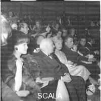 ******** Claudia Cardinale, Angelo Rizzoli, Giulietta Masina, Federico Fellini e Rossella Falk (nella fila dietro) seduti nella platea del cinema Fiamma per la prima del film 'Otto e 1/2' - piano americano. Prima del film 'Otto e 1/2' di Fellini al cinema Fiamma. Cinema Fiamma di Roma. 13.02.1963