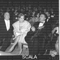 ******** Angelo Rizzoli, Giulietta Masina e Federico Fellini seduti tra il pubblico della serata dei Nastri d'Argento - totale. Consegna dei Nastri d'Argento 1964. Roma. 06.04.1964