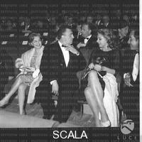 ******** Giulietta Masina, Federico Fellini, Sandra Milo e Toganzzi seduti tra il pubblico della serata dei Nastri d'Argento - totale. Consegna dei Nastri d'Argento 1964. Roma. 06.04.1964