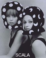 French, John (1907-1966) Pois e Lune, Patti Boyd e Celia Hammond indossano caschi di Edward Mann. Inghilterra, 1965.